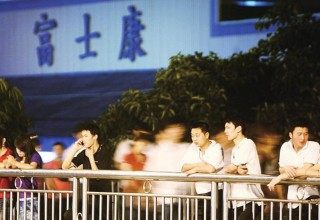 Foxconn-iSlaves_Photo-01_workers-in-front-of-factory